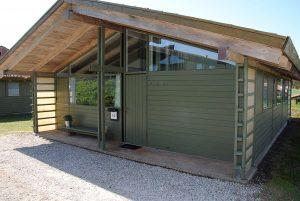Lejrskole, en mørkegrøn hytte